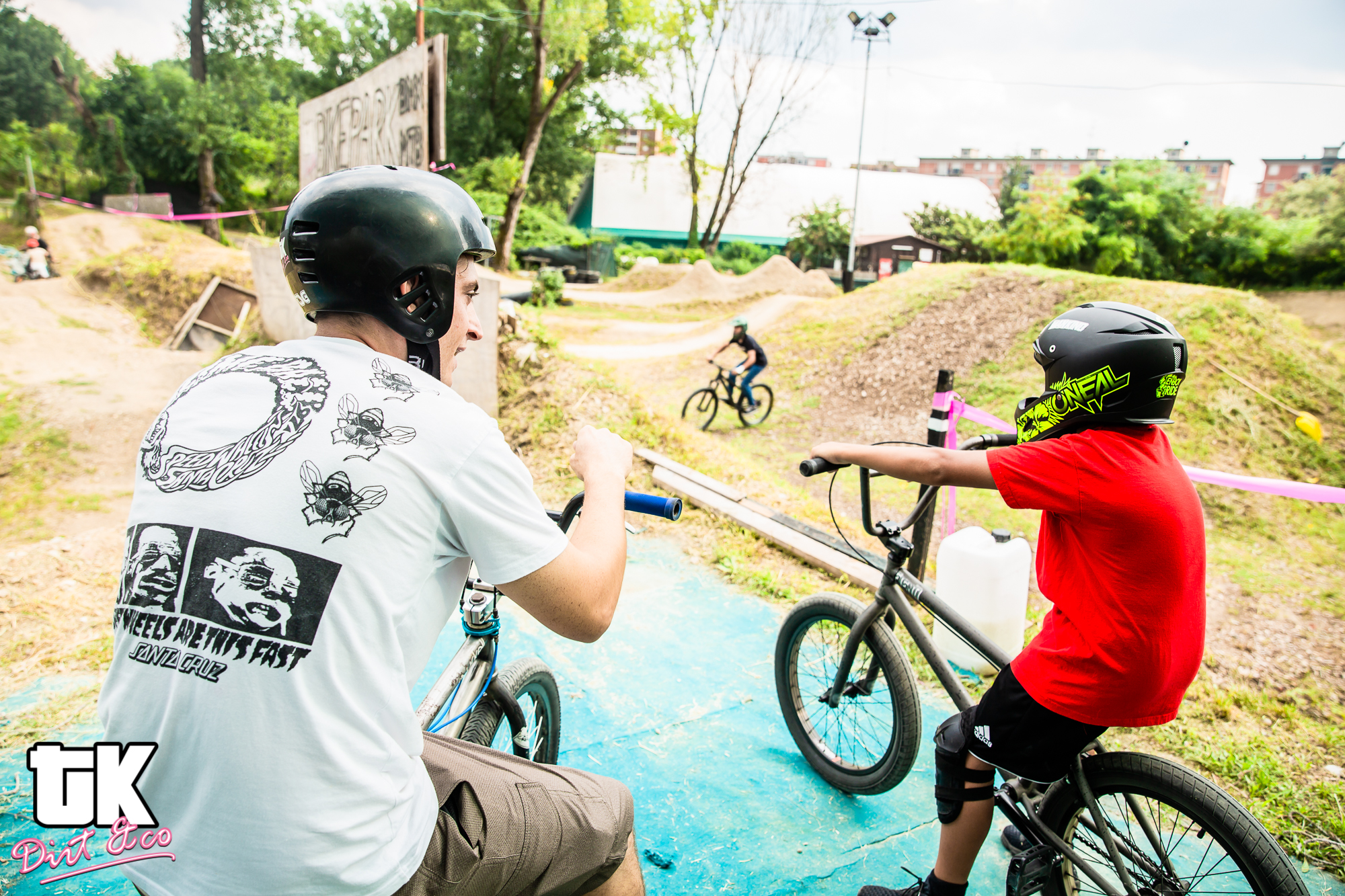 corso di bmx freestyle, l'istruttore spiega come approcciare la pump track all'allievo del corso kids level 1